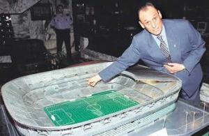 Manuel Ruiz de Lopera señala la maqueta del estadio que nunca terminó.